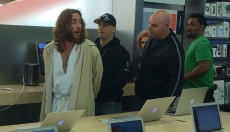 """Jesus"" thrown out of Apple Store and arrested"